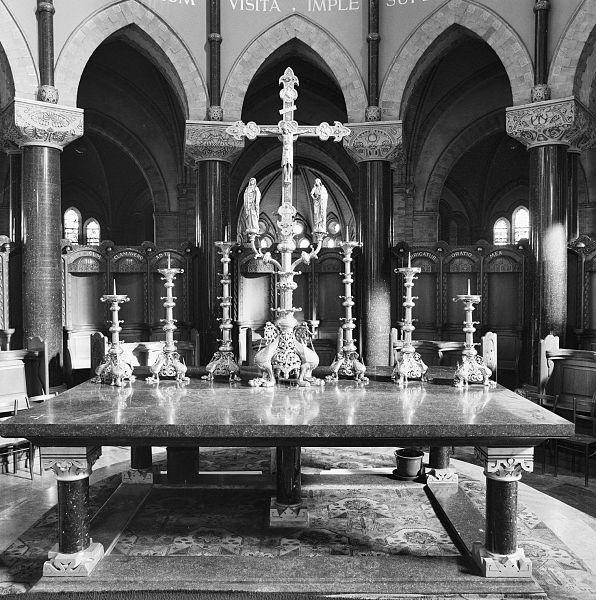 File interieur aanzicht kruis en zes kandelaars op tafel for Interieur haarlem