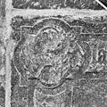 Interieur, grafzerk in koor, detail afbeelding evangelisten symbool (D), in hoek priesterzerk. - Reeuwijk - 20374743 - RCE.jpg