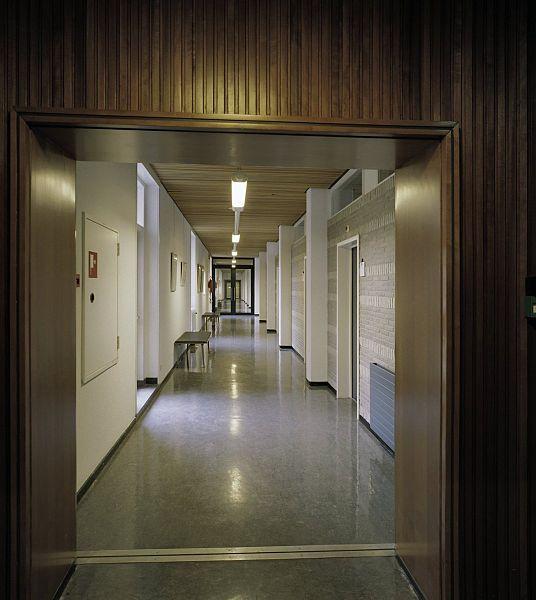File interieur overzicht van een gang op de bovenverdieping arnhem 20389520 - Decoratie van een gang ...
