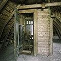 Interieur, zicht op het uurwerk, door een geopende deur van het hok op de zolder van het koetshuis - Paterswolde - 20387392 - RCE.jpg