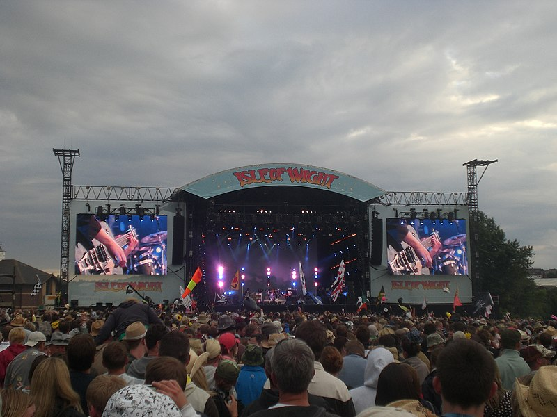 File:Isle of Wight Festival 2008 mainstage.JPG