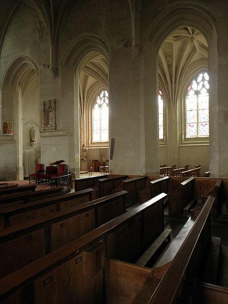 Arcade de la nef de la collégiale Saint-Cyr et Sainte-Julitte de Jarzé (49) donnant sur la chapelle seigneuriale.