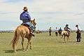 Jeźdźcy na stepie na lokalnym festiwalu Naadam (06).jpg