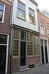 foto van Huis met twee bouwlagen, kelders en een kap met de nok loodrecht op de straat
