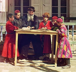 Kaftan - Jewish children with a school teacher in Samarkand, wearing kaftans (circa 1910)