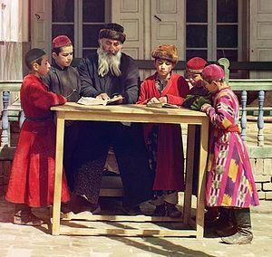 Kaftan - Jewish children with a school teacher in Samarkand, wearing kaftans (circa 1910)