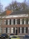 foto van Tweezijdig aangebouwd woonhuis, gebouwd in zeer sobere baksteenarchitectuur met neo-classicistische invloeden in gevelopbouw, verhoudingen en enkele details