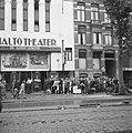 Kaartverkoop en rij wachtend publiek voor het Rialto-theater te Amsterdam, Bestanddeelnr 900-8228.jpg