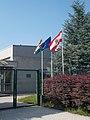 Karsai műanyagfeldolgozó-üzem, zászlók, 2019 Veresegyház.jpg