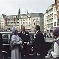 Koningin Juliana en prins Bernhard worden bij het stadhuis van Bonn begroet door, Bestanddeelnr 254-9001.jpg