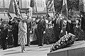 Koningin Juliana legt een krans bij het monument van de Onbekende Soldaat het M, Bestanddeelnr 924-7108.jpg