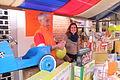 Koninginnedag Spijkenisse ballon opblazen.JPG