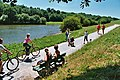 L'Oust, promeneurs et cyclotouristes.jpg
