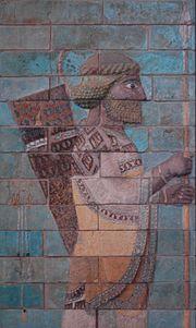 Lancier, détail de la frise des archers du palais de Darius. Bas-relief de briques émaillées, vers 510 av. J.-C.
