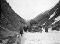 Lastwagen durch den Schnee auf der Gotthardstrasse - CH-BAR - 3241103.tif