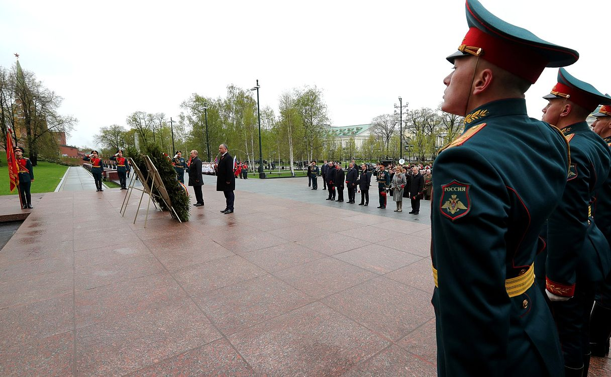 Laying wreath at the Tomb of the Unknown Soldier in Moscow 2017-05-09 003.jpg