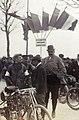 Le comte Jules de Dion au départ du Critérium des Motocycles en 1899 (avec la cigarette le coureur Osmont).jpg