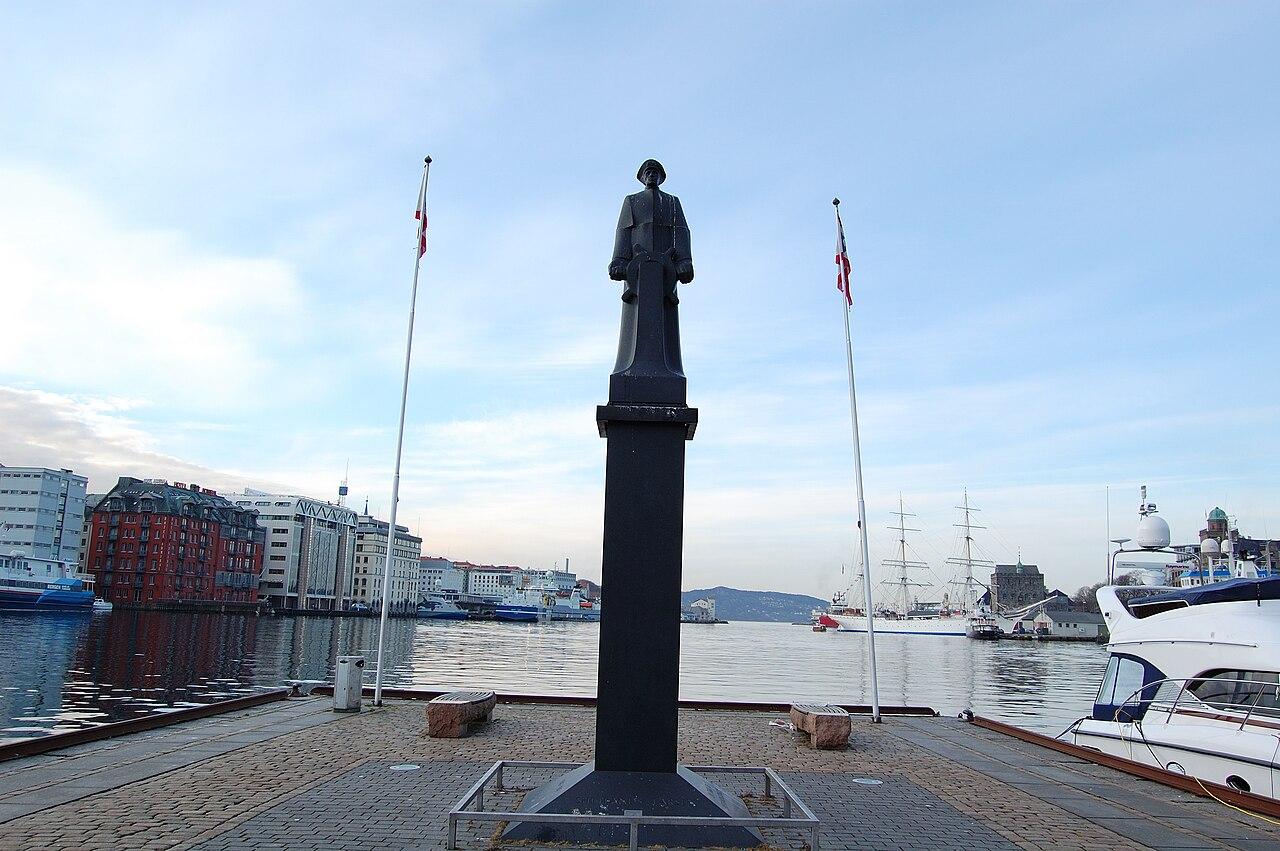 1280px-Leif_Shetlands_Larsen_Statue_Bergen_Norway_2009_2.JPG