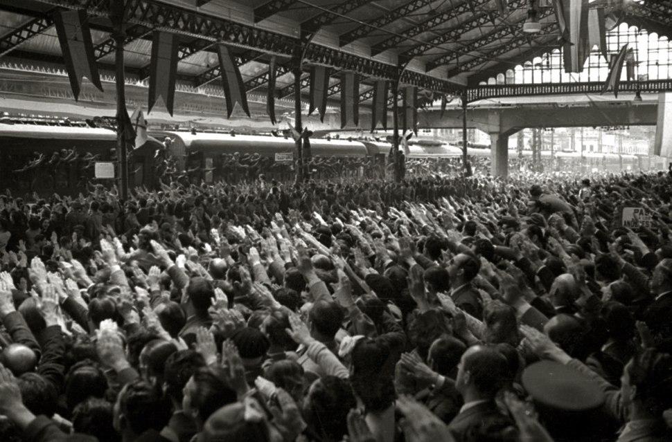 Llegada de integrantes de la División Azul a la estación del Norte (33 de 40) - Fondo Marín-Kutxa Fototeka