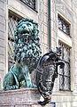München, Residenz, Bronzelöwe 04, Temperantia - TEMPERATO PONDERIBUS MOTU.jpg