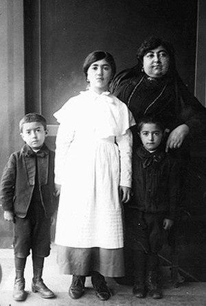 Malekeh Jahan - Malekeh Jahan with her children