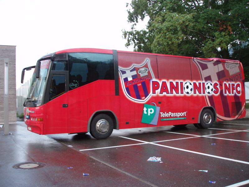 Les cars des clubs de foot 800px-Mannschaftsbus_Panionios_Athen