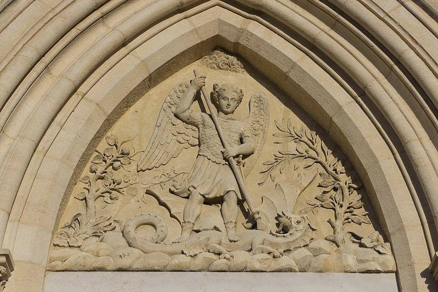 Fronton de l'église de Marennes.
