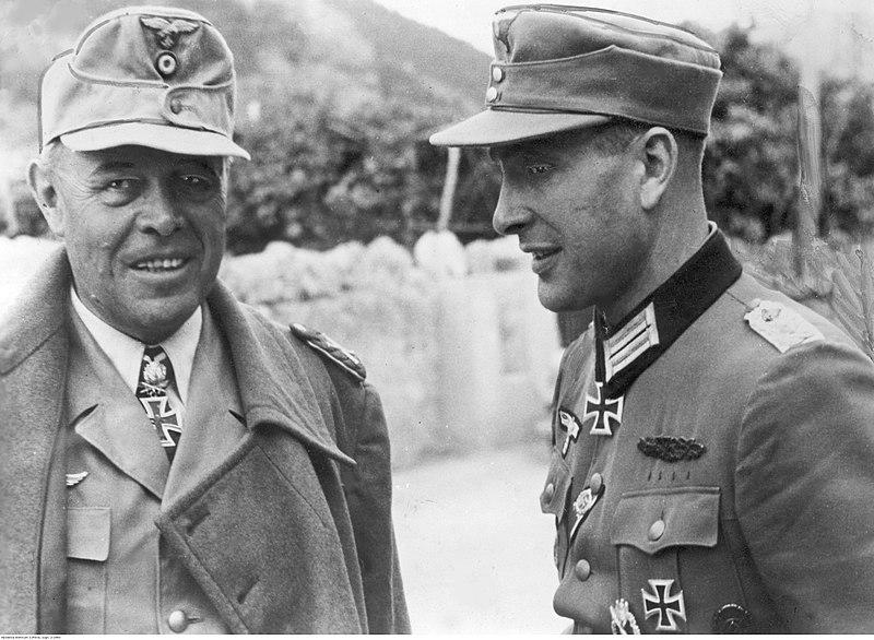 File:Marszałek Albert Kesselring i dowódca pułku piechoty płk. Ferdinand Hippel na froncie włoskim (2-2083).jpg