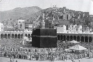 Hajj - A 1907 image of the Great Mosque of Mecca with people praying therein