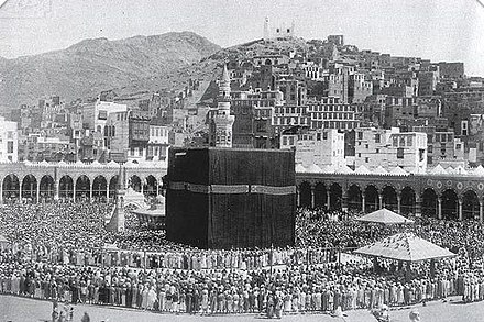 A 1907 image of the Great Mosque of Mecca with people praying therein Masjid al-Haram 1.jpg