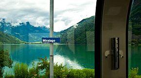 Vista sul lago di Poschiavo dall'interno di una delle carrozze