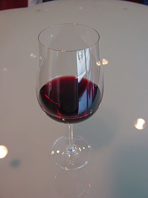 Copa de vino tinto en el Museo de la Dinastía ...