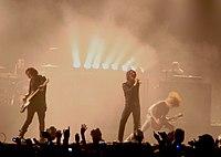 Группа на сцене в передней части вентиляторов