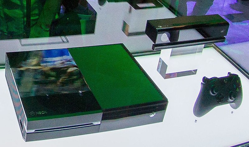 File:New XBox 360 and XBox One. (9021844483) crop2.jpg