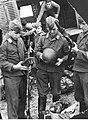 Niemieccy lotnicy oglądają zdobyczną broń polską (2-67).jpg
