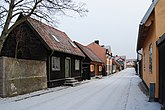 Fil:Nygatan 28 grön dörr Remmaren 21 Visby Gotland.jpg