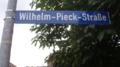 Oßmannstedt Wilhelm-Pieck-Straße Straßenschild.PNG
