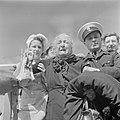 Ontschepen van bejaarde emigranten (oliem) van het transportschip Bulgaria op d…, Bestanddeelnr 255-1137.jpg
