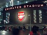 Escudo del Arsenal en el nuevo estadio Emirates.