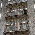Overzicht middentravee van gevel aan de straatzijde, detail van balkonnen - Rotterdam - 20371588 - RCE.jpg