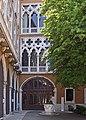 Palazzo Cavalli-Franchetti La corte e il pozzo.jpg