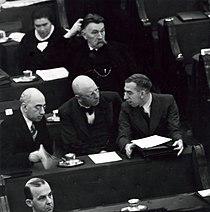 Parlement, kamerleden. Een gedeelte van de Tweede kamerfractie van de SDAP, met onder andere schrijver-pedagoog Theo Thi - SFA004000571.jpg