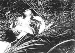 両胸をえぐり取られた上に銃撃を加えられて瀕死の21歳の女。写真撮影後に病院に徹送され、「お母さん、お母さん…」と母を呼びながら妹達の前で絶命した[19](J・ボーン米海兵伍長撮影)