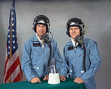 Photographie couleur de James Lovell et Frank Borman en combinaison de vol avant leur mission Gemini 7.