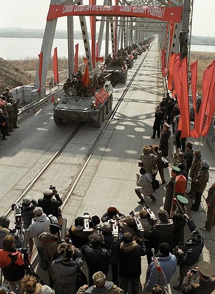 Tropas soviéticas abandonando Afganistán. Autor: A. Solomonov / А. Соломонов, 15/02/1989. Fuente: RIA Novostive Archive (CC BY-SA 4.0)