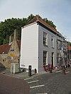 foto van Gepleisterde lijstgevel voor een huis, gedekt door een schilddak