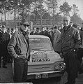 Rally de Monte Carlo , de Hollanders M Gatsonides (r) en A Ilsken bij controle, Bestanddeelnr 915-9593.jpg