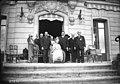 Remise de la légion d'honneur à M. Tuck (qui porte la décoration et pose sur le perron à droite, en compagnie de sa femme) Mme Tuck (en fauteuil roulant et de MM. Herriot et Bourguignon) - (photographie de presse) - (Agence Rol).jpg