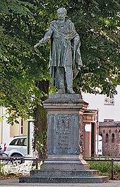 Blücher-Denkmal von Schadow mit Inschrift von Goethe auf dem Universitätsplatz in Rostock (Quelle: Wikimedia)