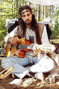 M�sico trajado com vestu�rio hippie